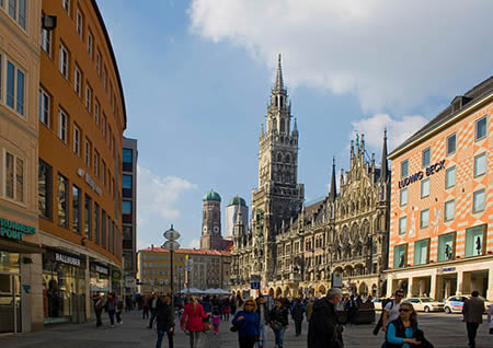 Munich's lively central square, Marienplatz